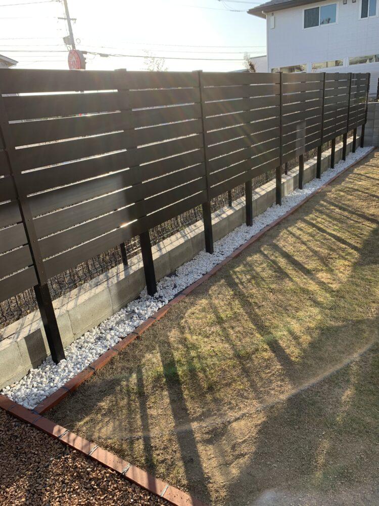 塀の近くの砂利敷いた後の画像