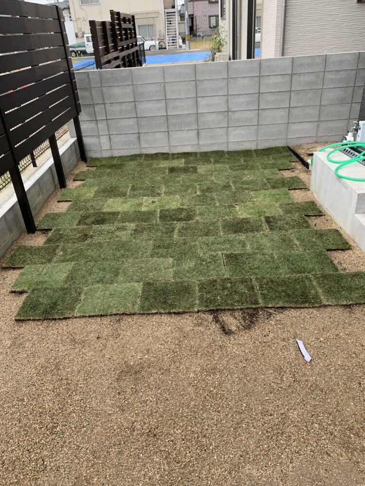 人工芝を敷き始めた画像
